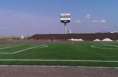 fabryka-ogrodow-zielen-przy-boisku-niwelacja-terenu-trawniki-nasadzenia-1