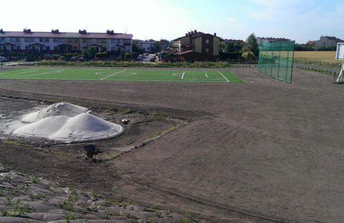 fabryka-ogrodow-zielen-przy-boisku-niwelacja-terenu-trawniki-nasadzenia-2